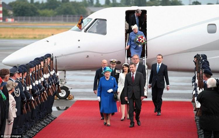 29E6BE4600000578-3136438-Royal_welcome_Queen_Elizabeth_II_and_Prince_Philip_Duke_of_Edinb-a-10_1435105529956.jpg